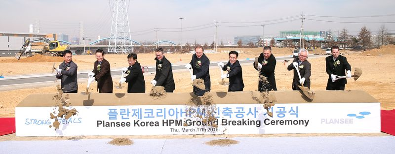Spatenstich in Korea
